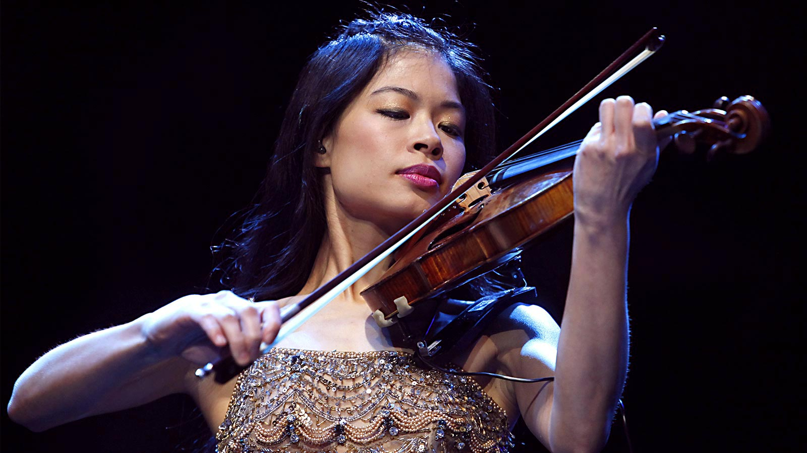 Violin queen Vanessa Mae performs today in Athens