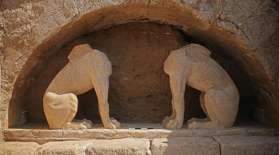 The two sphinxes reach a height of 1.45 meters - 2 meters if they had their heads. According to the myth, sphinxes were a mix of lion, bird and human