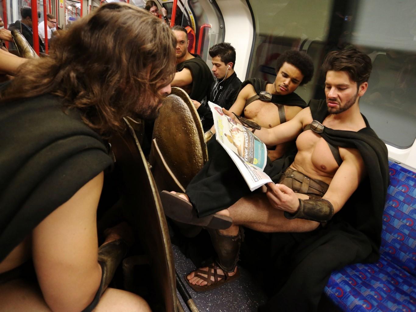 Руку под юбку в метро 16 фотография