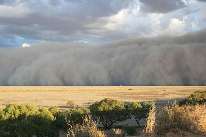 Violent dust storm covers up Australian town (See the ...