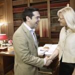 Ο πρωθυπουργός, Αλέξης Τσίπρας, υποδέχεται την Επίτροπο Περιφερειακής Πολιτικής της Ευρωπαϊκής Ένωσης Corina Creţu κατά τη διάρκεια συνάντησής τους στο Προεδρικό Μέγαρο, στην Αθήνα, την Τετάρτη 20 Μαΐου 2015. ΑΠΕ-ΜΠΕ/ΑΠΕ-ΜΠΕ/ΓΙΑΝΝΗΣ ΚΟΛΕΣΙΔΗΣ