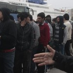 Refugees at Piraeus port fight over food (vid)