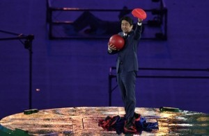 Japanese Prime Minister Shinzo Abe holds a red ball during the closing ceremony of the Rio 2016 Olympic Games at the Maracana stadium in Rio de Janeiro on August 21, 2016. / AFP PHOTO / PHILIPPE LOPEZ