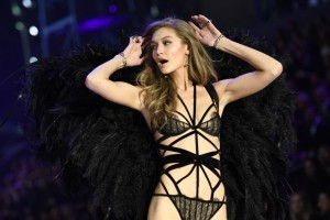 US model Gigi Hadid presents a creation during the 2016 Victoria's Secret Fashion Show at the Grand Palais in Paris on November 30, 2016.  / AFP PHOTO / Martin BUREAU / RESTRICTED TO EDITORIAL USE