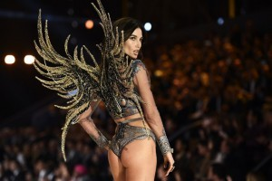 US model Lily Aldridge presents a creation during the 2016 Victoria's Secret Fashion Show at the Grand Palais in Paris on November 30, 2016.  / AFP PHOTO / Martin BUREAU / RESTRICTED TO EDITORIAL USE