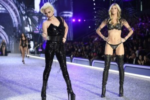 US singer Lady Gaga (L) performs while US model Devon Windsor presents a creation during the 2016 Victoria's Secret Fashion Show at the Grand Palais in Paris on November 30, 2016.  / AFP PHOTO / Martin BUREAU / RESTRICTED TO EDITORIAL USE