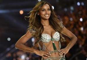 US model Jasmine Tookes presents the $3 Million 2016 Bright Night Fantasy Bra during the 2016 Victoria's Secret Fashion Show at the Grand Palais in Paris on November 30, 2016.  / AFP PHOTO / Martin BUREAU / RESTRICTED TO EDITORIAL USE