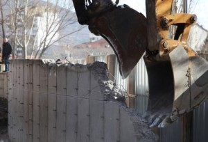 Bulldozers demolish a wall following weeks of tensions between Kosovo and Serbia, in the ethnically divided town of Mitrovica, Kosovo February 5, 2017. REUTERS/Hazir Reka