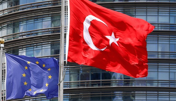 A European Union (L) and Turkish flag fly outside a hotel in Istanbul, Turkey, May 4, 2016.  REUTERS/Murad Sezer/File Photo - RTX2SH64