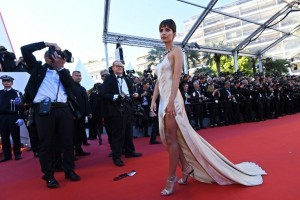 US actress and model Emily Ratajkowski poses as she arrives on May 17, 2017 for the screening of the film 'Ismael's Ghosts' (Les Fantomes d'Ismael) during the opening ceremony of the 70th edition of the Cannes Film Festival in Cannes, southern France.   / AFP PHOTO / Anne-Christine POUJOULAT
