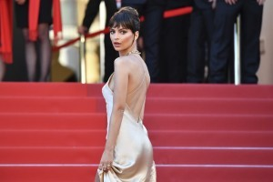 US actress and model Emily Ratajkowski poses as she arrives on May 17, 2017 for the screening of the film 'Ismael's Ghosts' (Les Fantomes d'Ismael) during the opening ceremony of the 70th edition of the Cannes Film Festival in Cannes, southern France.  / AFP PHOTO / Alberto PIZZOLI