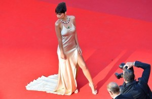 US actress and model Emily Ratajkowski poses as she arrives on May 17, 2017 for the screening of the film 'Ismael's Ghosts' (Les Fantomes d'Ismael) during the opening ceremony of the 70th edition of the Cannes Film Festival in Cannes, southern France.  / AFP PHOTO / LOIC VENANCE