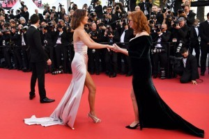 US model Bella Hadid (C) is greeted by US actress Susan Sarandon as she arrives on May 17, 2017 for the screening of the film 'Ismael's Ghosts' (Les Fantomes d'Ismael) during the opening ceremony of the 70th edition of the Cannes Film Festival in Cannes, southern France.  / AFP PHOTO / Alberto PIZZOLI