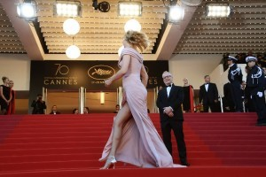 General Delegate of the Cannes Film Festival Thierry Fremaux looks at US actress and President of the Un Certain Regard jury Uma Thurman poses as she arrives on May 17, 2017 for the screening of the film 'Ismael's Ghosts' (Les Fantomes d'Ismael) during the opening ceremony of the 70th edition of the Cannes Film Festival in Cannes, southern France.  / AFP PHOTO / Anne-Christine POUJOULAT
