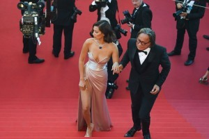 US model Bella Hadid (L) and her father Mohamed Hadid pose as they arrive on May 17, 2017 for the screening of the film 'Ismael's Ghosts' (Les Fantomes d'Ismael) during the opening ceremony of the 70th edition of the Cannes Film Festival in Cannes, southern France.  / AFP PHOTO / Antonin THUILLIER