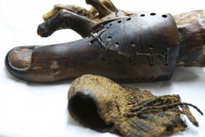 LON01. LONDRÉS, 14/02/2011.- Imagen facilitada por la Universidad de Manchester, donde se observa las prótesis que utilizaban los egipcios para ayudar a caminar a personas con amputaciones en los pies, según un estudio realizado por la egiptóloga Jacky Finchde, de la Universidad de Manchester (Reino Unido). EFE.  ESPAÑA: MOMIAS PRÓTESIS