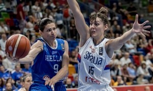 epa06031899 Tina Jovanovic (R) of Serbia in action against Evanthia Maltsi of Greece during the group stage match between Serbia and Greece at the EuroBasket Women 2017 in Prague, Czech Republic, 16 June 2017.  EPA/MARTIN DIVISEK
