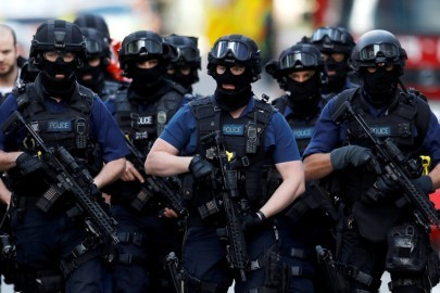 Armed police officers walk near Borough Market after an attack left 7 people dead and dozens injured in London, Britain, June 4, 2017. REUTERS/Peter Nicholls - RTX38X13
