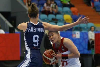 epa06031489 Terezie Palenikova (L) of Slovakia  in action against Isis Alben (R) of Slovakia during the group stage match between Turkey and Slovakia at the EuroBasket Women 2017 in Hradec Kralove, Czech Republic, 16 June 2017.  EPA/MILAN KAMMEMAYER