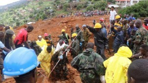 QUALITY REPEAT: Rescue workers search for survivors after a mudslide in the Mountain town of Regent, Sierra Leone, August 14, 2017. Pictures taken August 14, 2017. Sierra Leone Red Cross/Handout via REUTERS