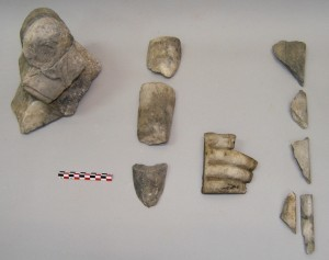 Μαρμάρινα ευρήματα Ρωμαϊκών χρόνων, από την έρευνα του μεγάλου οικοδομήματος στην βόρεια πλευρά του Όρμου: θραύσματα βωμίσκου (αριστερά) και αγαλμάτων