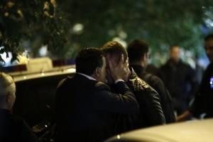 Συγγενείς και φίλοι αντιδρούν έξω από το δικηγορικό γραφείο μετά το άκουσμα της δολοφονίας του δικηγόρου Μιχάλη Ζαφειρόπουλου και γιου του πρώην βουλευτή της Νέας Δημοκρατίας, Επαμεινώνδα Ζαφειρόπουλου, Πέμπτη 12 Οκτωβρίου 2017. Όπως αναφέρουν τα πρώτα στοιχεία, σύμφωνα με μαρτυρία συνεργάτη του δικηγόρου, που ήταν σε διπλανό γραφείο, ο Μιχάλης Ζαφειρόπουλος άνοιξε την πόρτα της εισόδου της πολυκατοικίας σε δύο άγνωστα άτομα, τα οποία ανέβηκαν στον όροφο που είναι το γραφείο του. Ξαφνικά ακούστηκε ένας πυροβολισμός και όταν ο συνεργάτης του έτρεξε να δει τι είχε συμβεί, βρήκε τον δικηγόρο να έχει γύρει νεκρός πάνω στο γραφείο του, ενώ οι δράστες είχαν φύγει. ΑΠΕ ΜΠΕ/ΑΠΕ ΜΠΕ/ΓΙΑΝΝΗΣ ΚΟΛΕΣΙΔΗΣ
