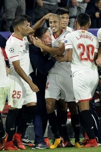 Sevilla's Argentinian midfielder Guido Pizarro (R) celebrates with Sevilla's Argentinian coach Eduardo Berizzo (L) after scoring a goal on November 21, 2017 at the Ramon Sanchez Pizjuan stadium in Sevilla during the UEFA Champions League group E football match between Sevilla FC and Liverpool FC.  / AFP PHOTO / CRISTINA QUICLER