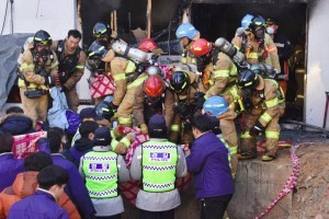 South Korean rescue workers remove the bodies of victims after a fire at a hospital building in Miryang on January 26, 2018. At least 33 people were killed in a blaze at a hospital in South Korea on January 26, in the country's worst fire disaster for a decade. / AFP PHOTO / YONHAP / - /  - South Korea OUT / REPUBLIC OF KOREA OUT  NO ARCHIVES  RESTRICTED TO SUBSCRIPTION USE