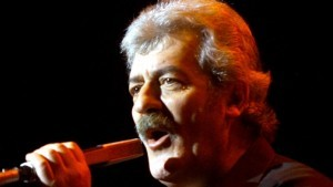 """Singer Ray Thomas of the legendary British rock group """"The Moody Blues"""" performs during the first of four shows at Le Theatre des Arts at the Paris Las Vegas hotel-casino in Las Vegas April 5, 2001. EM/RCS - RP2DRIJDUEAA"""