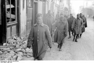 Bundesarchiv_Bild_101I-163-0318-09_Griechenland_griechische_Soldaten_in_Ortschaft-640x428