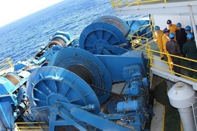 """Πλατφόρμα «΄Ομηρος» Ο Πρόεδρος της Δημοκρατίας κ. Δημήτρης Χριστόφιας επισκέπτεται την πλατφόρμα «΄Ομηρος», όπου διεξάγονται οι ερευνητικές γεωτρήσεις για ανεύρεση υδρογονανθράκων. Συνοδεύεται από την Υπουργό Εμπορίου, Βιομηχανίας και Τουρισμού κα Πραξούλα Αντωνιάδου, τον Υπουργό Γεωργίας, Φυσικών Πόρων και Περιβάλλοντος κ. Σοφοκλή Αλετράρη, τον Κυβερνητικό Εκπρόσωπο κ. Στέφανο Στεφάνου και τον Υφυπουργό παρά τω Προέδρω κ. Τίτο Χριστοφίδη. """"Homer"""" Platform  The President of the Republic, Mr Demetris Christofias, visits the """"Homer"""" Platform, where exploration drilling for hydrocarbons is taking place. He is accompanied by the Minister of Commerce, Industry and Tourism, Mrs Praxoula Antoniadou, the Minister of Agriculture, Natural Resources and Environment, Mr Sophocles Aletraris, the Government Spokesman, Mr Stefanos Stefanou, and the Under Secretary to the President Mr Titos Christofides."""