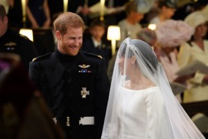 Britain's Prince Harry, Duke of Sussex, (L) and US fiancee of Britain's Prince Harry Meghan Markle arrive at the High Altar for their wedding ceremony in St George's Chapel, Windsor Castle, in Windsor, on May 19, 2018. / AFP PHOTO / POOL / Jonathan Brady